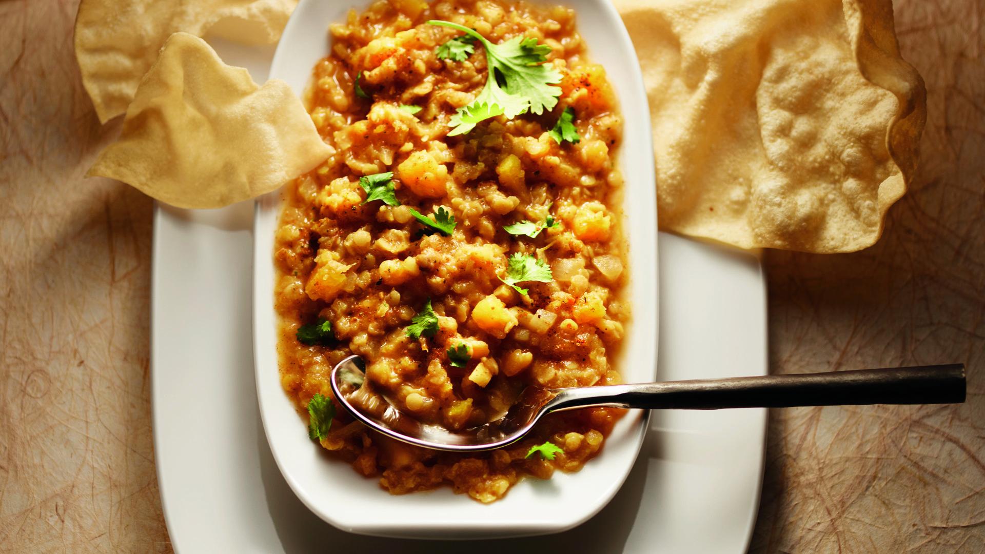 Assiette de lentilles au curry avec papadum