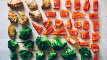 Poivron rouge haché brocoli poulet sur une planche à découper