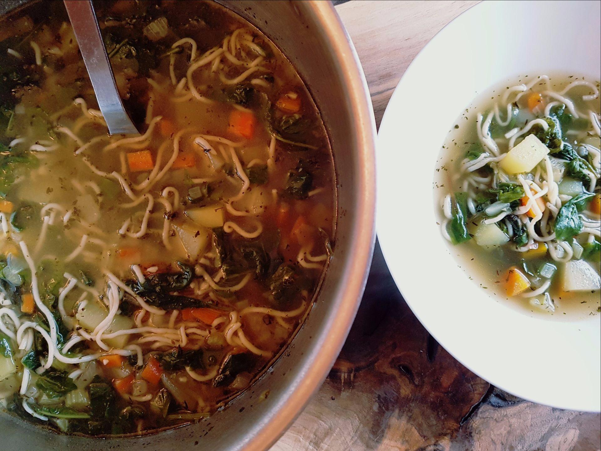 Nouilles. ramen, bouillon, carottes, chauve