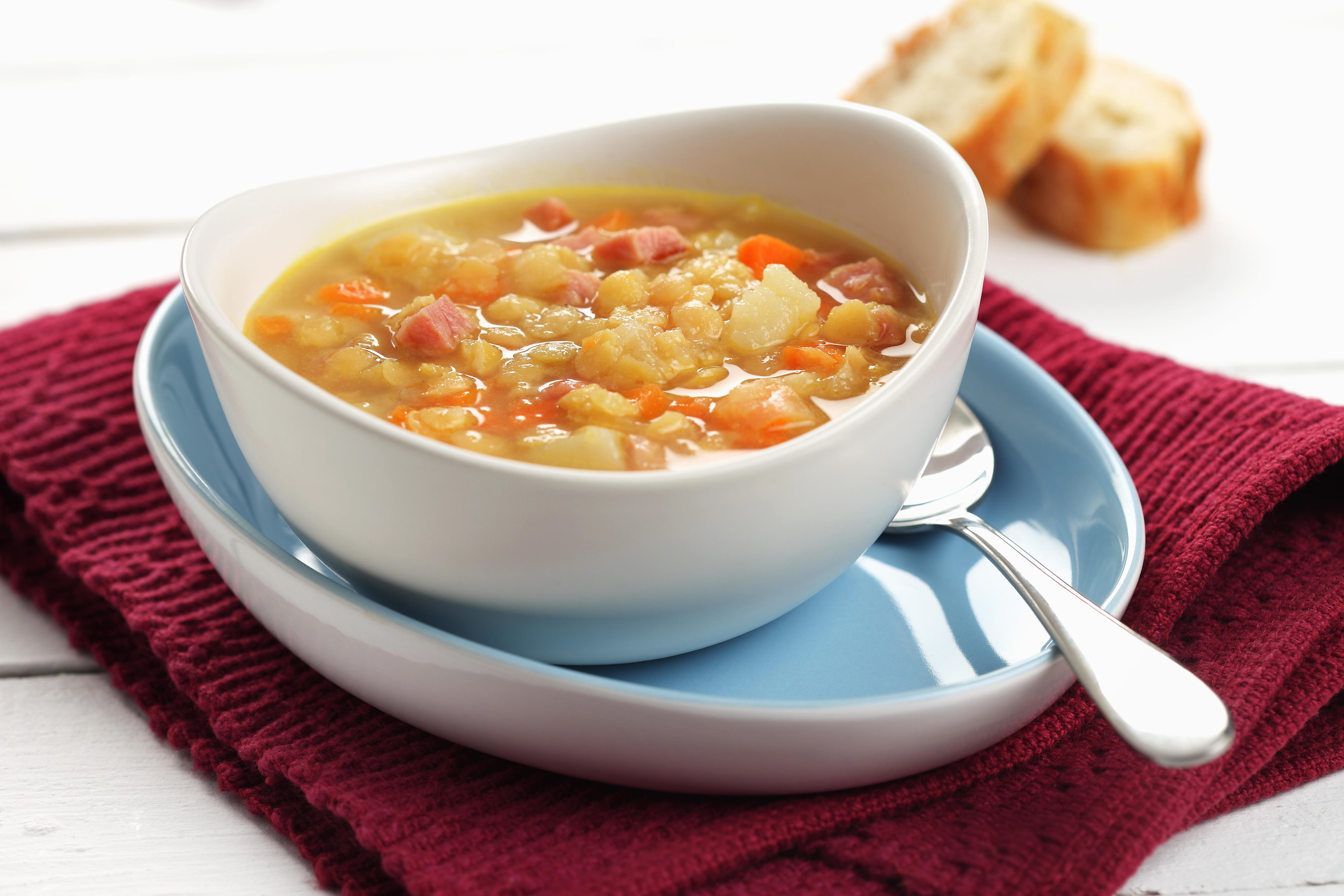 Bol de soupe aux oignons en dés, carottes, patates et pois cassés