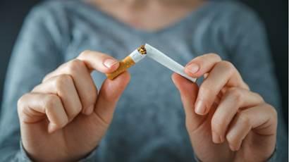 Gros plan d'une femme qui écrase une cigarette