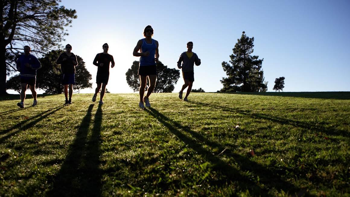 Les gens de jogging dans le parc