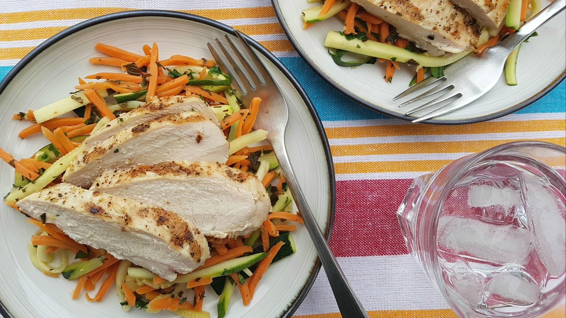 Assiette de poitrine de poulet tranchée avec courgettes et carottes