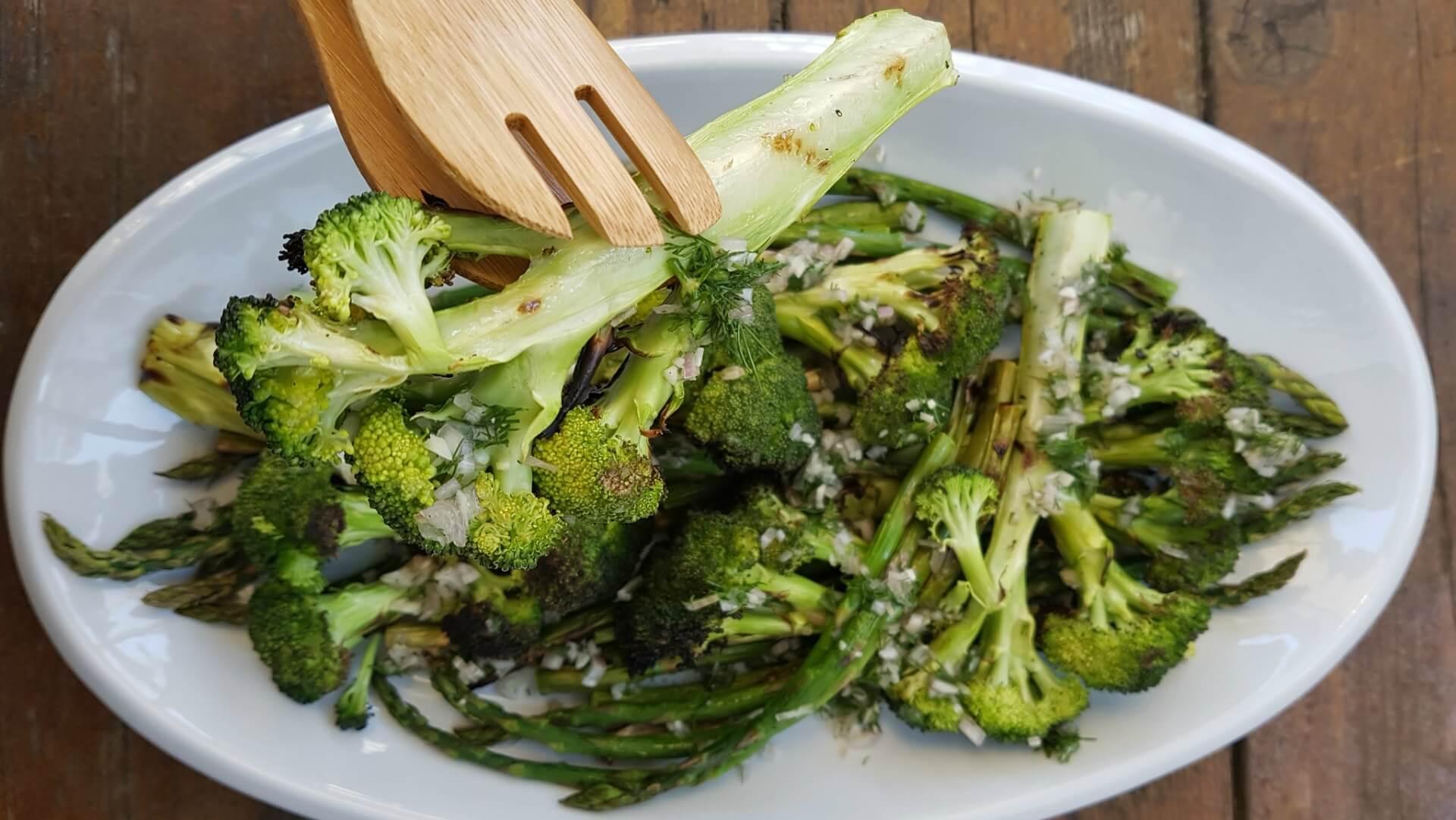 Assiette de brocolis grillés et d