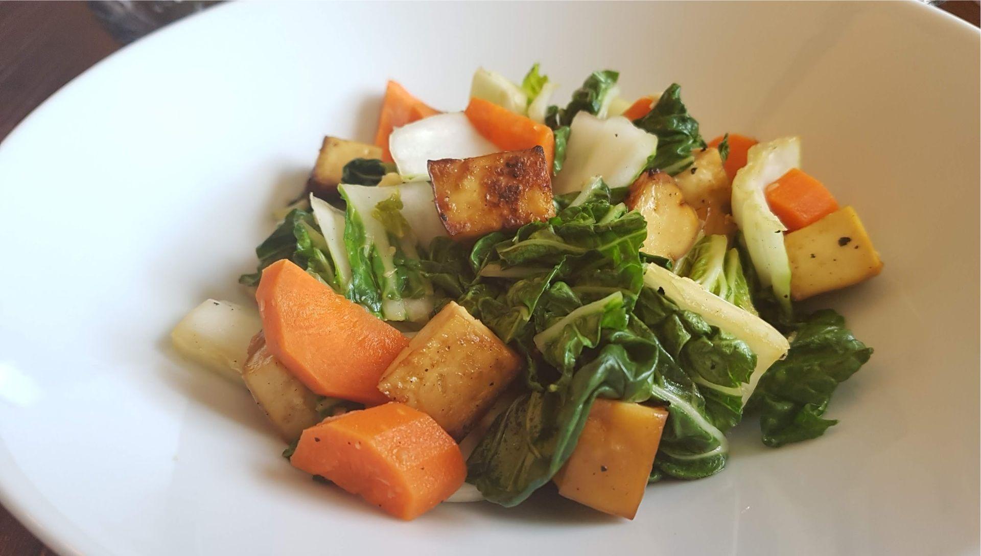 Tofu grillé, carottes et bok choy dans un bol blanc