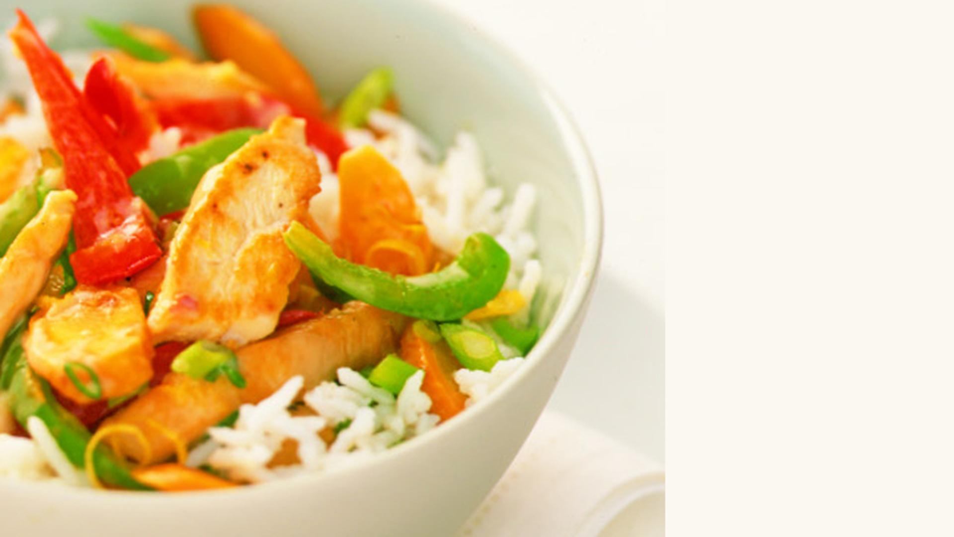 Bol de riz avec poulet cuit, poivrons rouges et verts