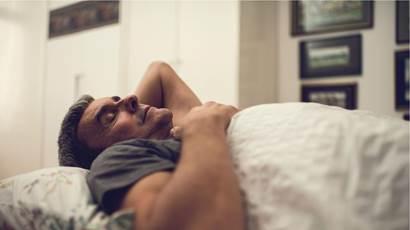 homme dormant dans son lit