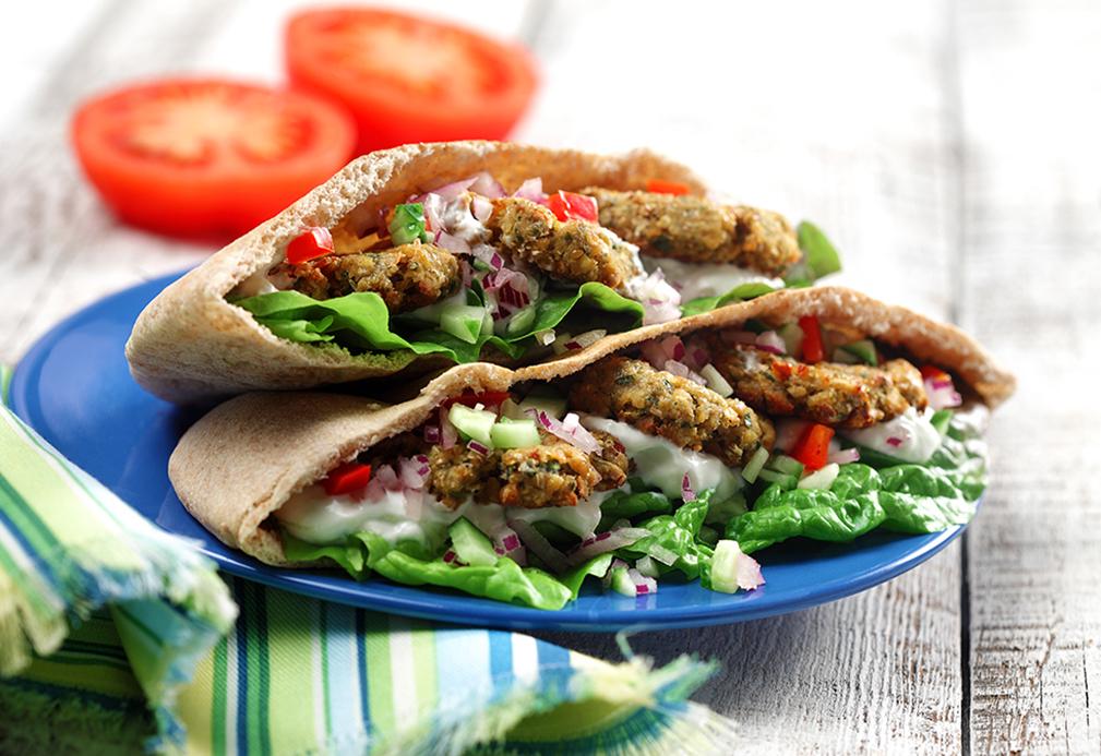 Pain pita rempli de falafel, de laitue, de tzatziki, de tomates, d