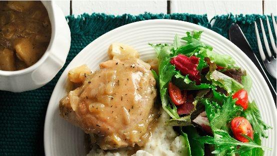cajun ail poulet cuisse purée de pommes de terre et salade