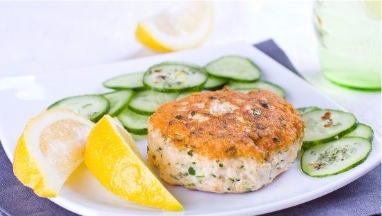 Galette de saumon avec des tranches de concombre et de citron