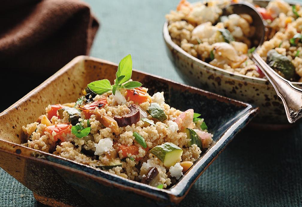 Salade méditerranéenne aux légumes rôtis et couscous de blé entier dans un bol carré.