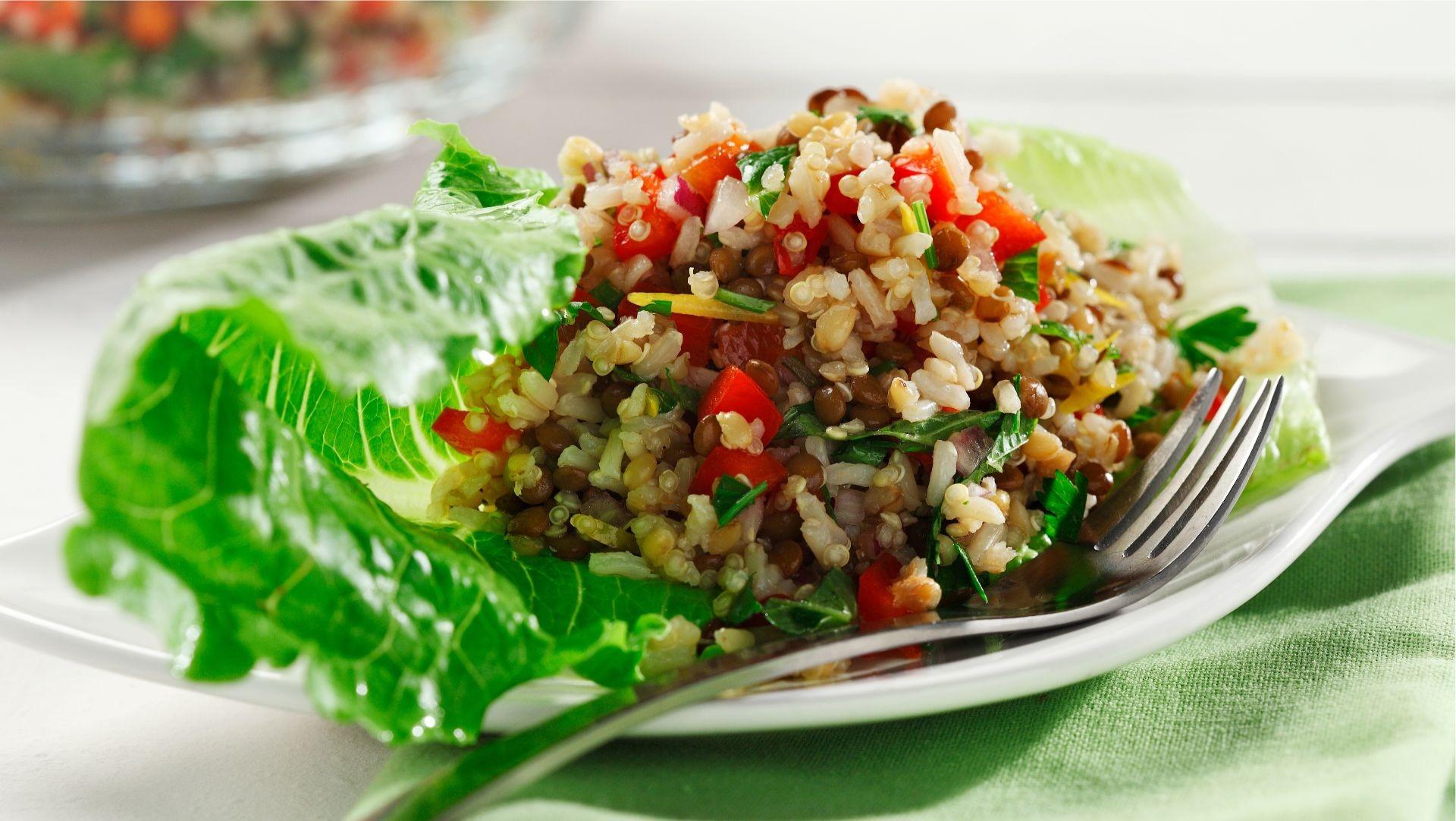 Salade aux trois grains avec fromage de chèvre sur une feuille de laitue.