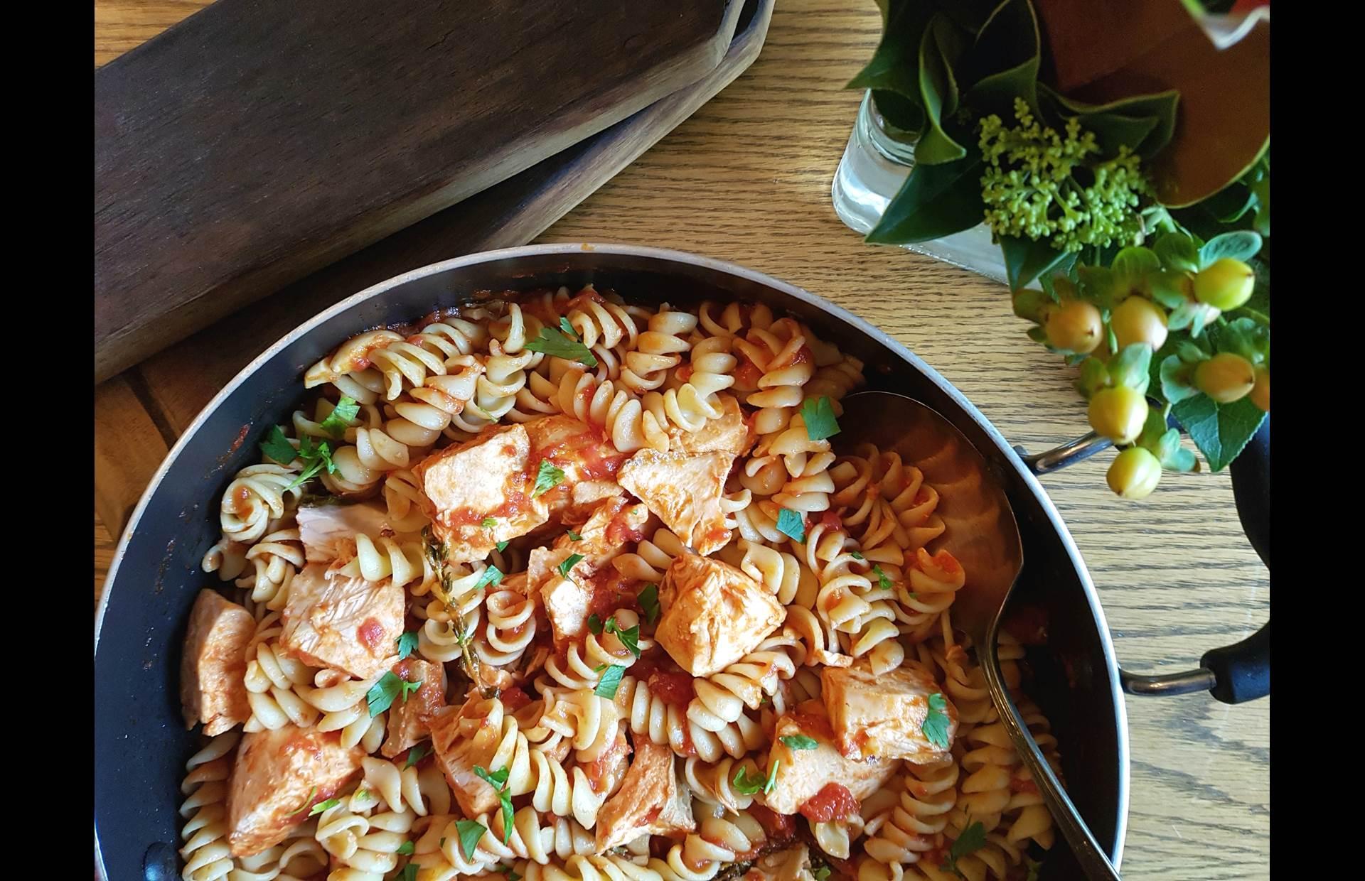 Poêlée de saumon cuit, pâtes fusilli, sauce tomate et persil