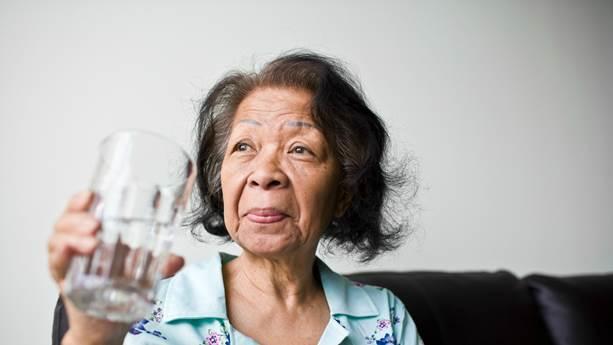 femme tenant un verre d