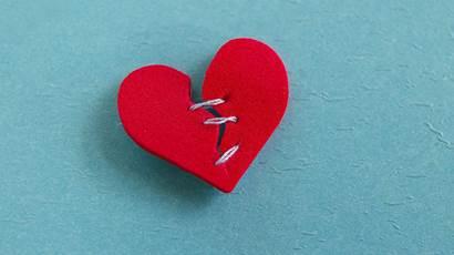 petit coeur rouge, cassé avec des points filetés