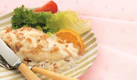 Poulet aux amandes cuit au four avec des légumes