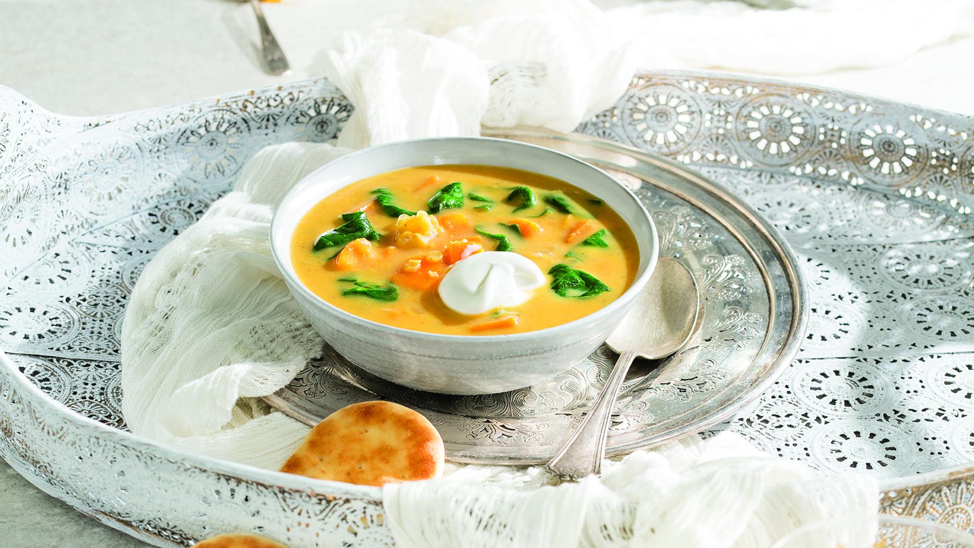 Bol de soupe de patate douce aux épinards et à la crème