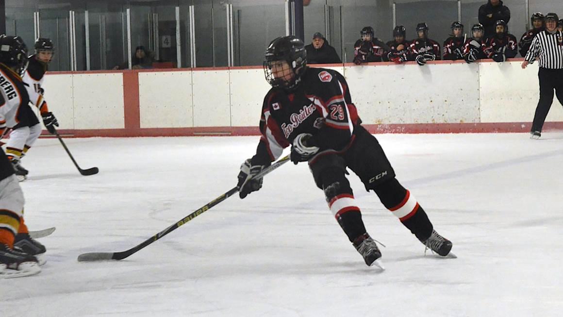 Tobey Lawson en train de jouer au hockey.