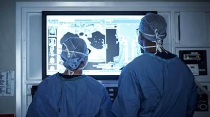 Deux médecins examinant une analyse médicale de patients