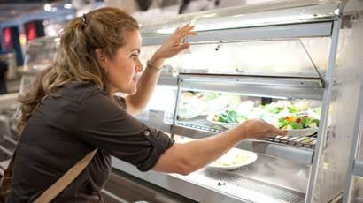 femme choisir assiette de salade dans la cafétéria