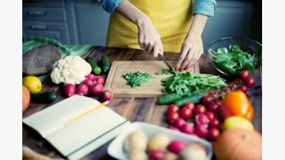 Femme coupant des légumes