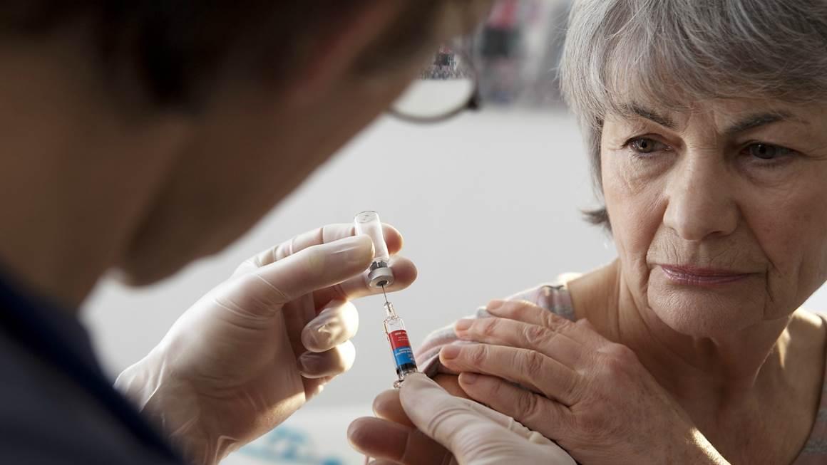 Femme recevant le vaccin