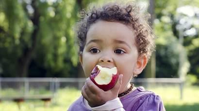 Enfant, manger, pomme