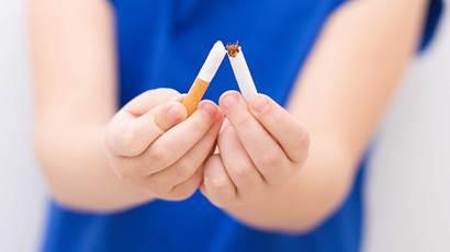 Gros plan, fille, Cigarette