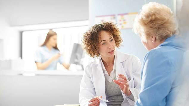 Docteur parler au patient