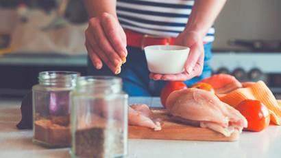 Femme, confection, poulet, plat