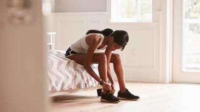 Jeune, femme, sien, chambre à coucher, attacher