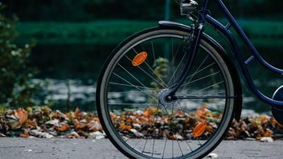 Gros plan du vélo sur la piste cyclable