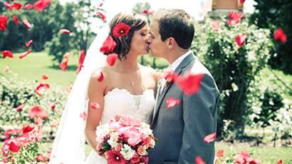 Deux nouveaux mariés qui s'embrassent.