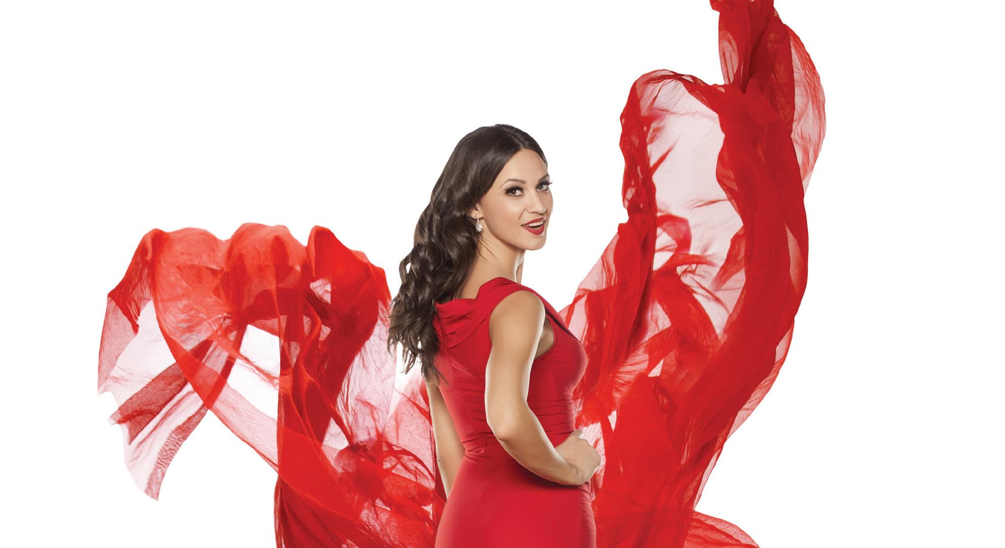 Femme portant une robe rouge