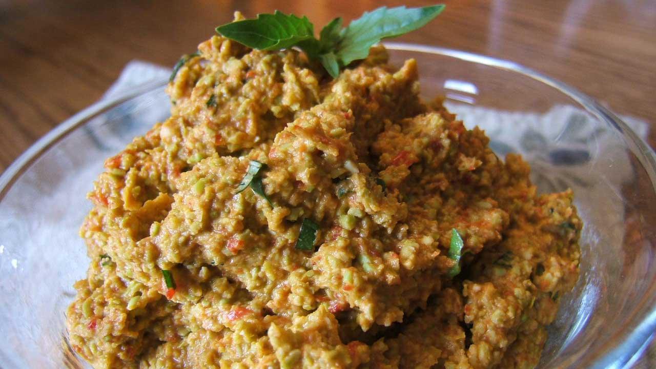 Tartinade à l'edamame et aux poivrons rouges rôtis dans un bol de verre