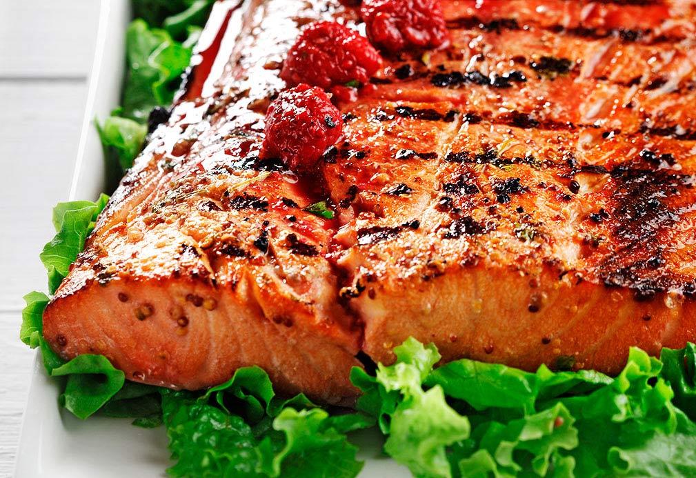 Saumon grillé, vinaigrette de framboise sur lit de laitue