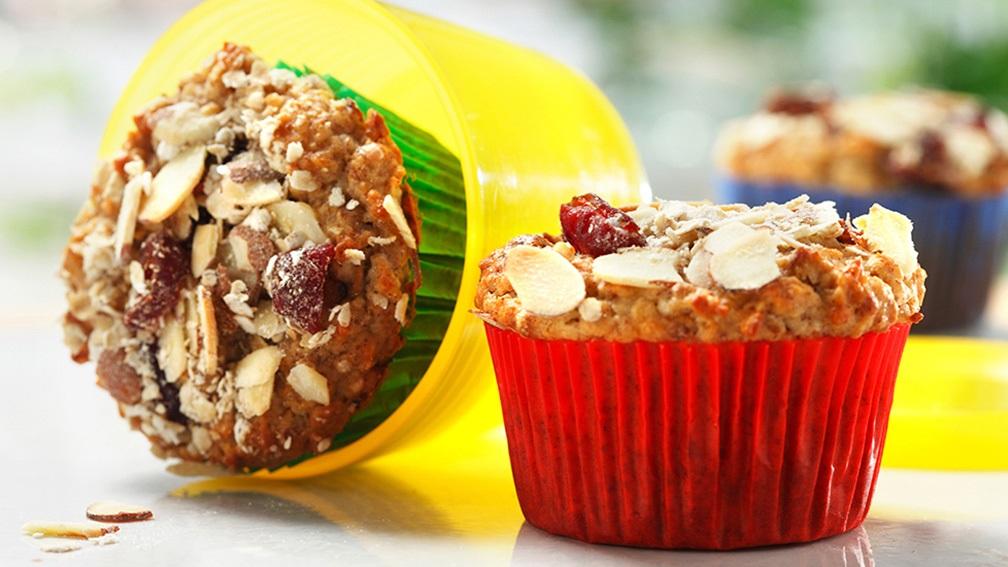 muffins Muesli aux amandes et canneberges sur un comptoir de cuisine