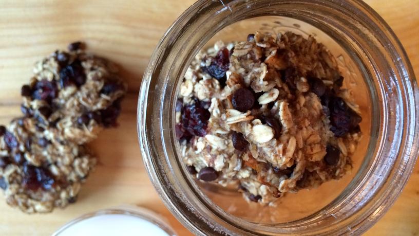 Les biscuits avoine-chocolat-canneberges dans un bocal, à côté d