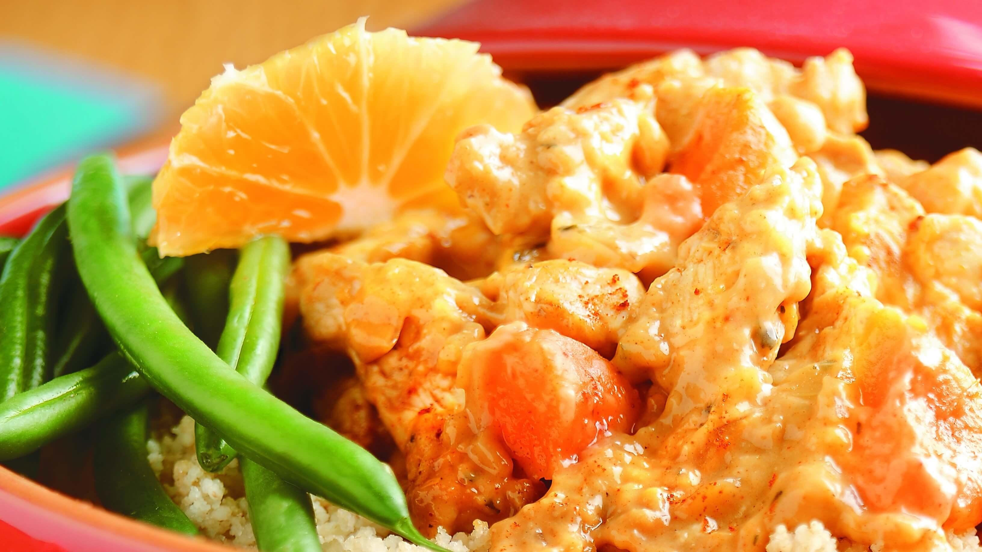 Poulet cuit, riz, haricots verts et segment d