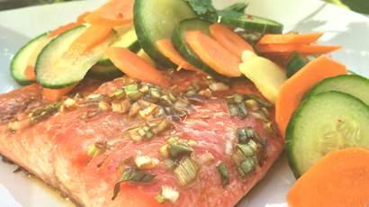 Truite arc-en-ciel et marinade de carotte et concombre au gingembre