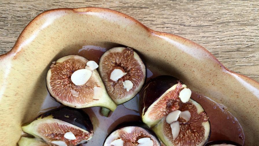 Figues rôties au miel dans un  plat allant au four
