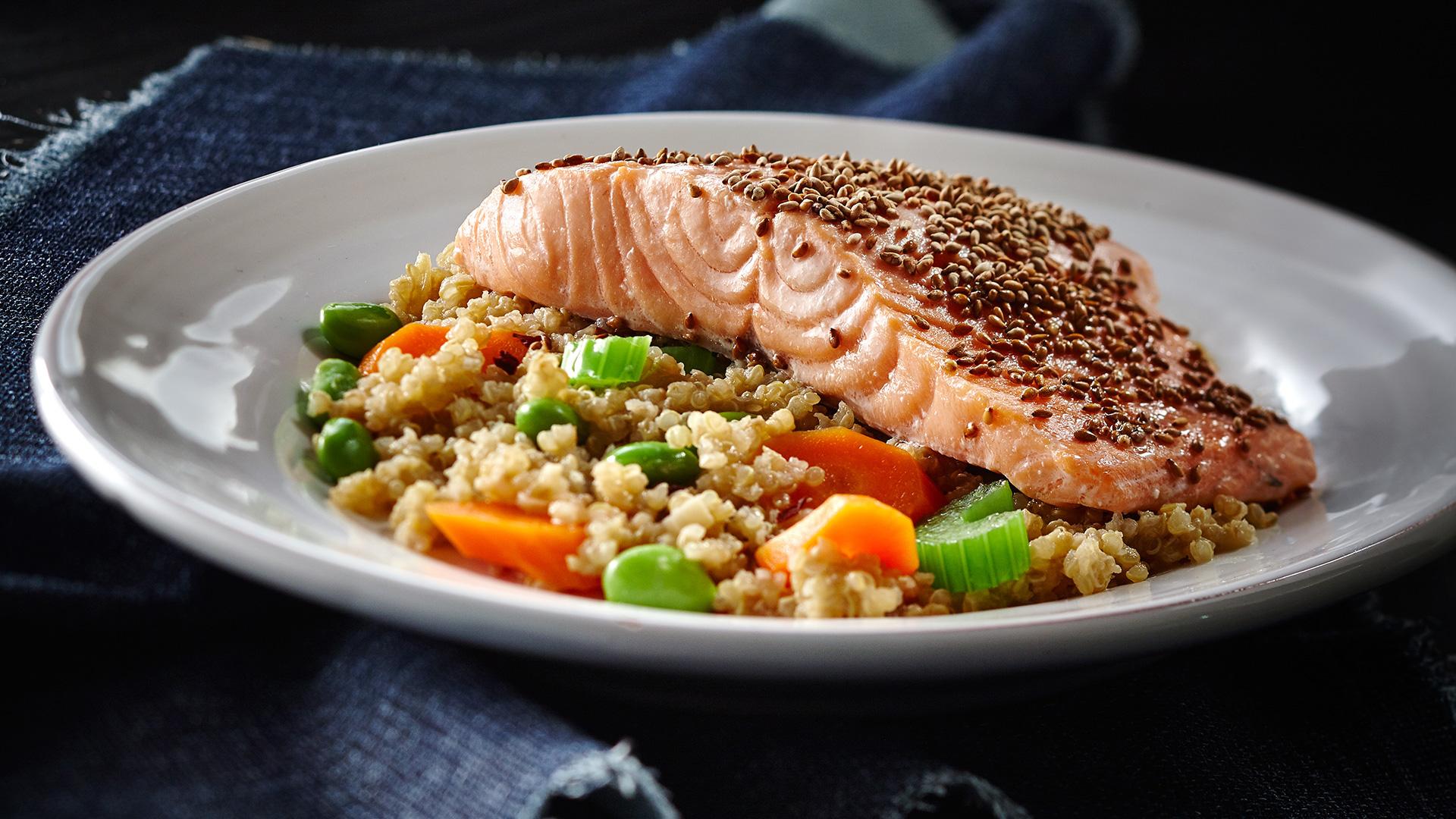 Quinoa végétarien de gingembre au sésame au saumon
