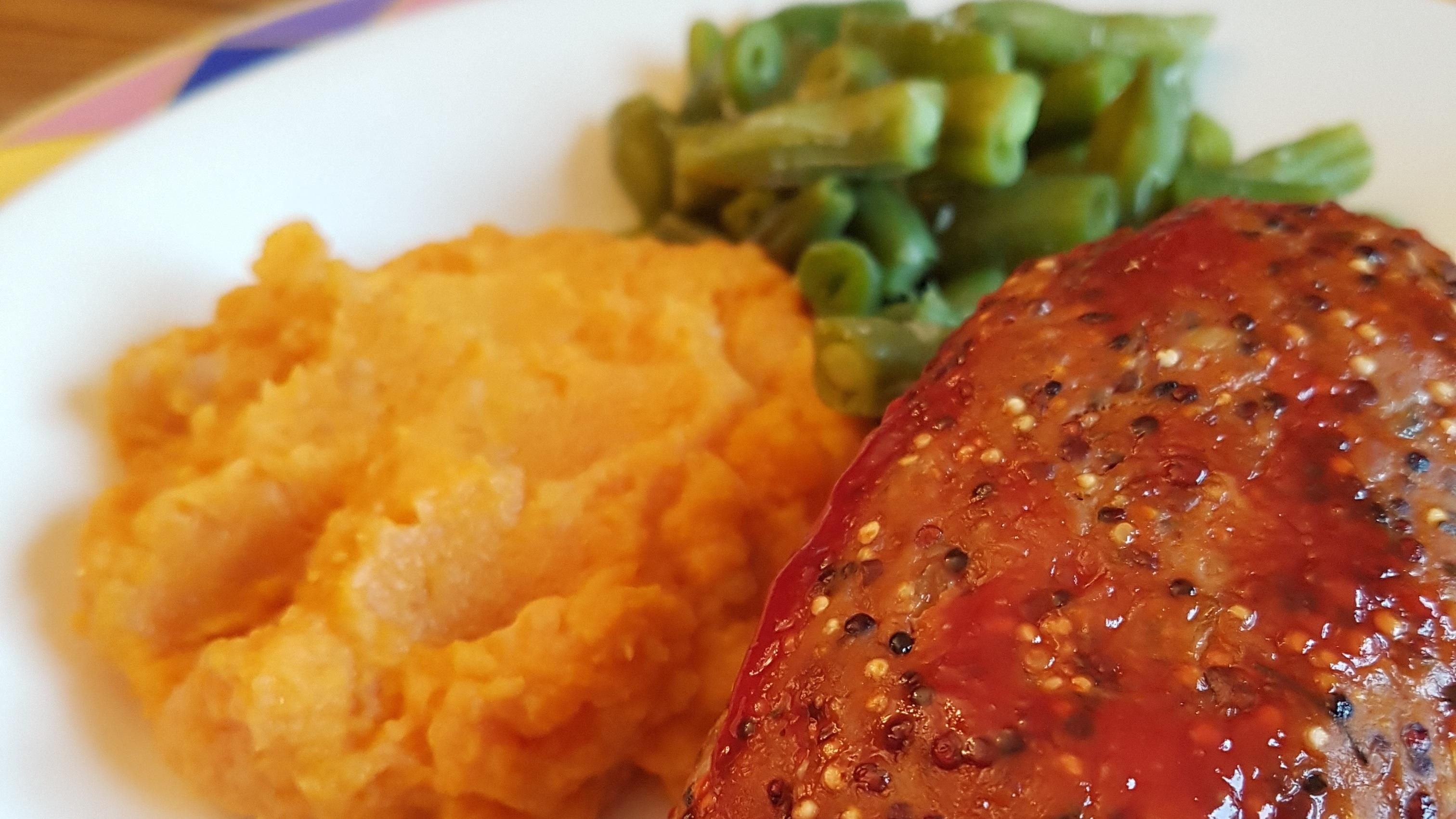 Turquie pain de viande avec des haricots verts et purée de patates douces sur la plaque