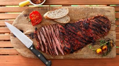 Yucatan jupe épicée bifteck sur une planche de bois avec un couteau
