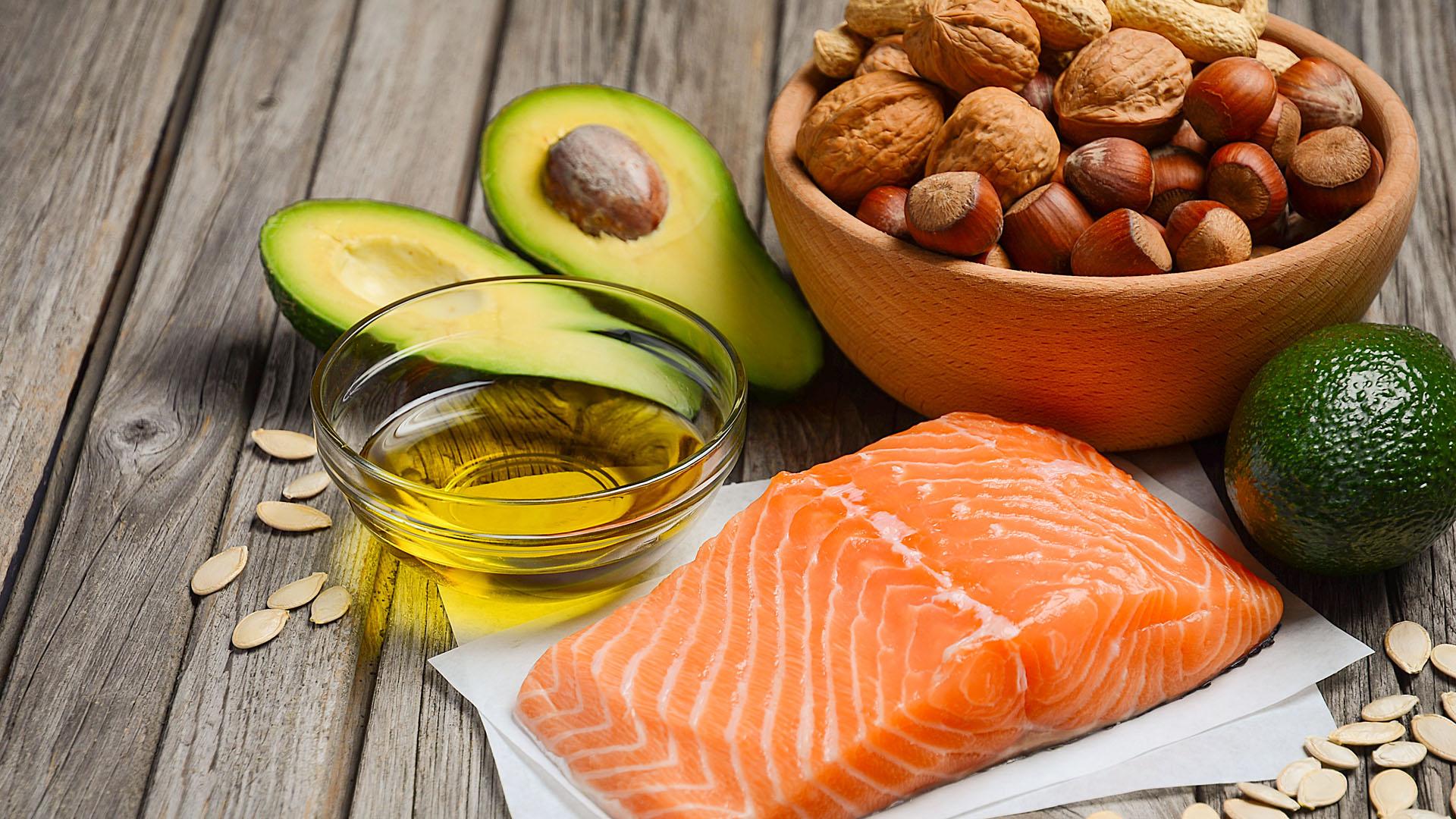 Plusieurs sources de bons gras, comme du saumon, des noix, des graines, des avocats et de l'huile d'olive.