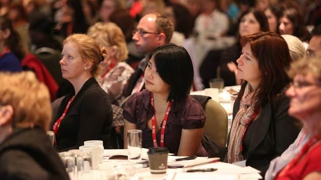 Membres du public écoutent un conférencier