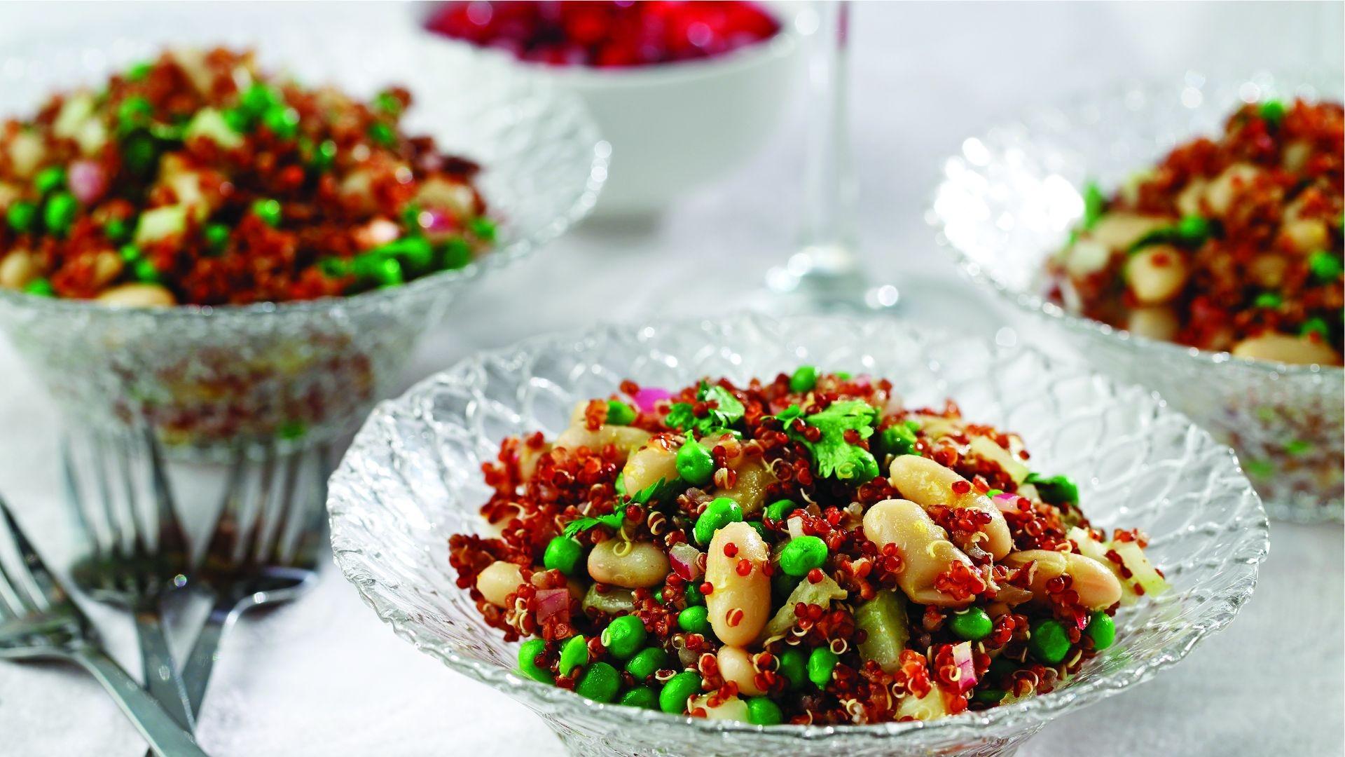 Bols en verre remplis de quinoa, de haricots cannellini, de pois et de coriandre