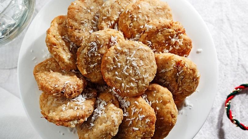 Plaque blanche remplie de galettes de noix de coco yuca
