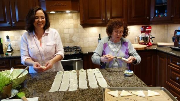 <p>Christine cuisinant avec sa mère.</p>