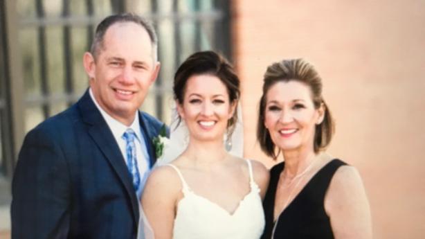 <p>Paul et Penny avec leur fille, Karli, au mariage de cette dernière.</p>